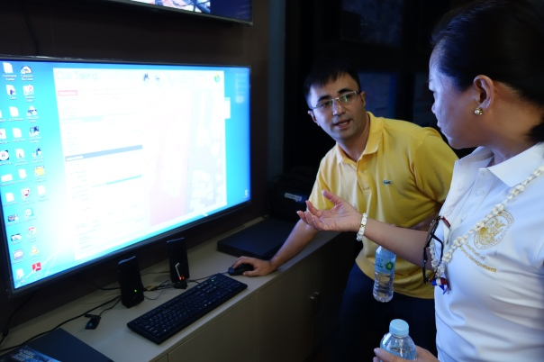 Manila DRMMC official demonstrates call talking capabilities.
